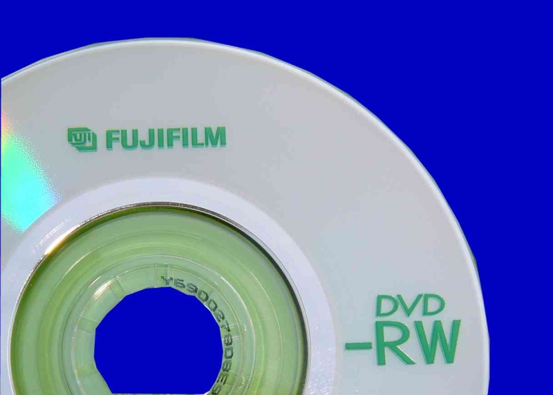 This 8cm handycam disk was made by Fuji Film. The photo shows that the disc is silver with Green Writing. We don't see many from that brand here but it did suffer the usual problem of being un-finalized.